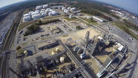 Vídeo aéreo del abejón de la refinería de petróleo almacen de video