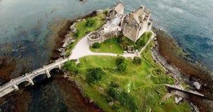Vídeo aéreo del abejón del viaje donan de Escocia de las montañas del duich del castillo y del lago de Eilean almacen de metraje de vídeo