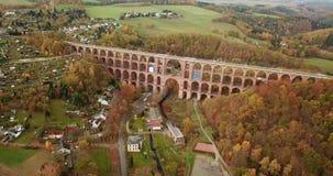 Vídeo aéreo del Goeltzschtalbruecke en señal de las atracciones de Netzschkau Vogtland Alemania metrajes