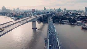 Vídeo aéreo del puente de Krung Thep en la puesta del sol almacen de video
