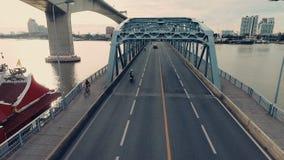 Vídeo aéreo del puente de Krung Thep en la puesta del sol almacen de metraje de vídeo