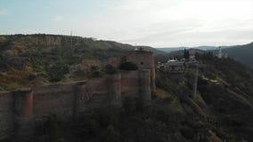 Vídeo aéreo do centro velho de Tbilisi de cima de Ideia superior do zangão da parte histórica da cidade Dzveli Tbilisi Kura ou filme