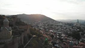 Vídeo aéreo do centro velho de Tbilisi de cima de Ideia superior do zangão da parte histórica da cidade Dzveli Tbilisi Kura ou vídeos de arquivo