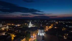 Vídeo aéreo do hyperlapse de Sambor Ucrânia na noite video estoque
