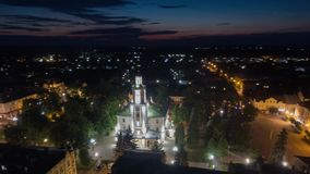Vídeo aéreo do hyperlapse de Sambor Ucrânia na noite filme