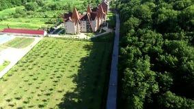 Vídeo aéreo do projeto da paisagem do resort de montanha do nível superior vídeos de arquivo