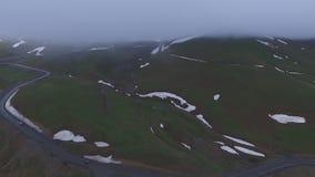 Vídeo aéreo do quadcopter, da estrada da montanha e do desfiladeiro, Kazbegi video estoque