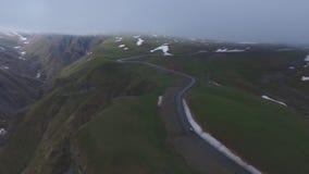 Vídeo aéreo do quadcopter, da estrada da montanha e do desfiladeiro, Kazbegi filme