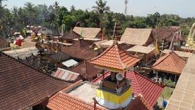 vídeo aéreo do voo 4K de acenar o nacional indonésio na vila do balinese durante a celebração grande Console de Bali, Indonésia vídeos de arquivo