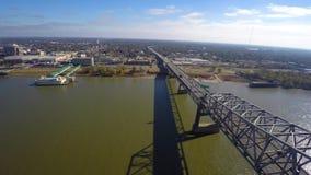 Vídeo aéreo do zangão da ponte de Mississippi vídeos de arquivo