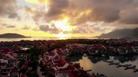 Vídeo aéreo do zangão na ilha de Mahe vídeos de arquivo