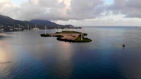 Vídeo aéreo do zangão na ilha de Mahe video estoque