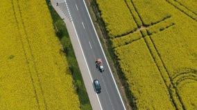 Vídeo aéreo dos trabalhadores que pintam as linhas na estrada vídeos de arquivo