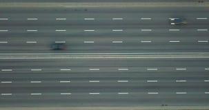 Vídeo aéreo em 4K do zangão diretamente acima da estrada à estrada de alta velocidade com carros de alta velocidade video estoque