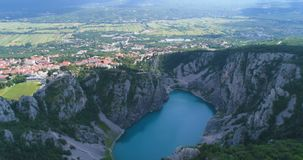 Vídeo aéreo hermoso del lago azul, Imotski, Croacia almacen de metraje de vídeo