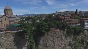 Vídeo aéreo a igreja e as casas de Metekhi no penhasco do rio, Tbilisi, Geórgia filme