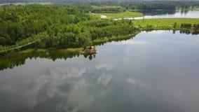 Vídeo aéreo Letónia da opinião superior 4K UHD do zangão do lago Sauriesi filme