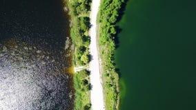 Vídeo aéreo Letónia da opinião superior 4K UHD do zangão do lago Sauriesi video estoque