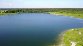 Vídeo aéreo Letónia da opinião superior 4K UHD do zangão do lago Sauriesi vídeos de arquivo