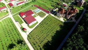 Vídeo aéreo panorâmico dos jardins e das estufas no resort de montanha vídeos de arquivo
