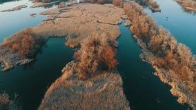 Vídeo aéreo, vídeo riveraerial, vista del río en la puesta del sol almacen de metraje de vídeo