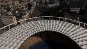 Vídeo aéreo sobre o estádio de futebol e a arquitetura da cidade panorâmico de Kyiv video estoque