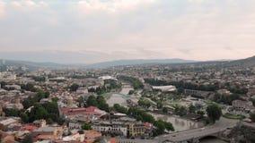 Vídeo aéreo Viejo centro de Tbilisi desde arriba Opinión superior del abejón sobre la parte histórica de la ciudad almacen de metraje de vídeo