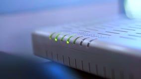 Vídeo abstracto de la tecnología de la resolución del router de Internet y de la cantidad 1920x1080 del centelleo del wifi almacen de video