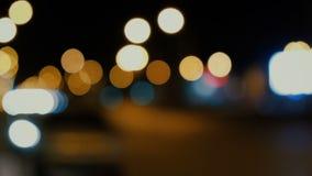 Vídeo abstracto Defocused de los semáforos de la noche metrajes