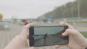 Vídeo adolescente del tiroteo del muchacho del amigo patinador en el teléfono almacen de video