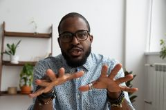 Vídeo africano de la grabación del empresario para webinar en línea imagen de archivo