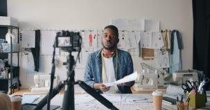 Vídeo afroamericano de la grabación del diseñador de ropa para hablar en línea del vlog almacen de metraje de vídeo