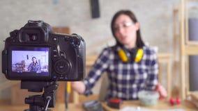 Vídeo bonito novo da gravação do blogger da mulher DIY na oficina da garagem, ferramentas da mão video estoque