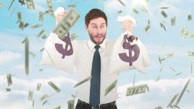 Vídeo compuesto del hombre de negocios que sostiene bolsos del dinero