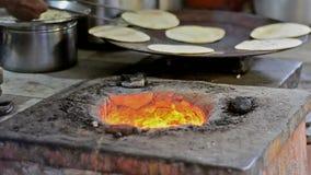 Vídeo con la fabricación del chapati, una comida india tradicional almacen de metraje de vídeo