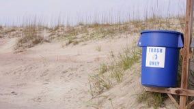 Vídeo conservado em estoque de escaninhos de reciclagem na praia vídeos de arquivo