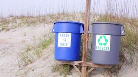 Vídeo conservado em estoque de escaninhos de reciclagem na praia 2 vídeos de arquivo