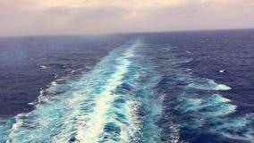 Vídeo: Corriente del agua de la nave del barco de cruceros en el océano almacen de video