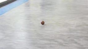Vídeo corto del juego de pelota tradicional que viene la bola almacen de video