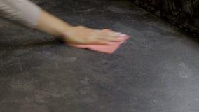 Vídeo cosechado del ama de casa que limpia la tabla con el espray metrajes