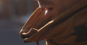 Vídeo cosechado del hombre que respira almacen de metraje de vídeo