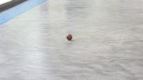 Vídeo curto do jogo de bola tradicional que a bola vem video estoque
