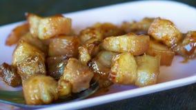 Vídeo da carne de porco listrado fritada agitação Prato oleoso culinário, tailandês e chinês asiático video estoque