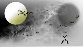 Vídeo da cena da noite com bastões do voo e lua no fumo do inverno filme