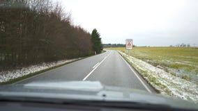 Vídeo da estrada ao conduzir carro próximo o carro move-se em uma estrada asfaltada video estoque