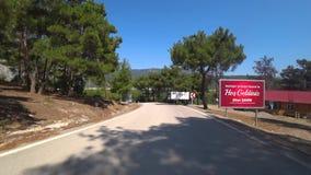 Vídeo da estrada que isso conduz ao lago e à garganta Sahinkaya no distrito de Vezirkopru da província de Samsun, Turquia de Time video estoque