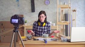 Vídeo da gravação do blogger da jovem mulher DIY na oficina da garagem filme