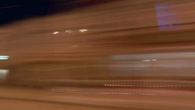 Vídeo da janela de carro, conduzindo através da noite ou da cidade da noite gravação do Tempo-lapso Uma abstração borrada video estoque