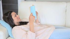 Vídeo da mulher concentrada que lê uma novela filme