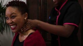 Vídeo da mulher que recebe uma massagem vídeos de arquivo